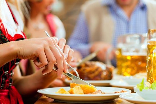 Frauen Hände am Essen